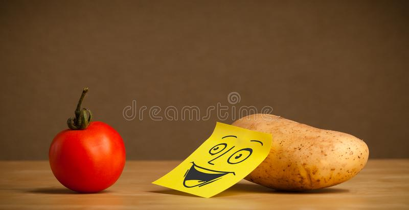 Πατάτα με post-it τη σημείωση που χαμογελά στην ντομάτα στοκ φωτογραφίες με δικαίωμα ελεύθερης χρήσης