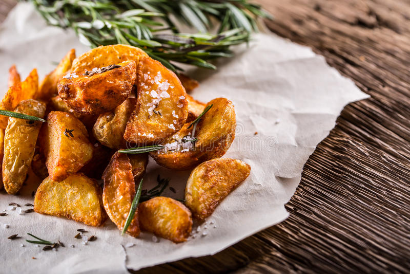 Πατάτα πατάτες που ψήνονται Αμερικανικές πατάτες με το αλατισμένα δεντρολίβανο και το κύμινο Η ψημένη πατάτα ενσφηνώνει εύγευστο  στοκ φωτογραφία με δικαίωμα ελεύθερης χρήσης