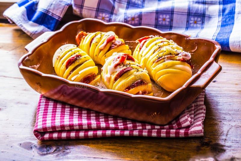 Πατάτα Πατάτες ψητών Πατάτες εγχώριων μαγειρεύοντας ψητών Παν σύνολο ψησίματος των ψημένων πατατών που γεμίζονται με τα κρεμμύδια στοκ εικόνες