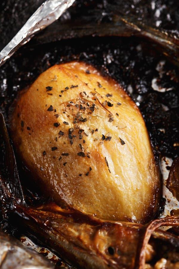 Πατάτα που υποστηρίζεται με τα χορτάρια στοκ εικόνα