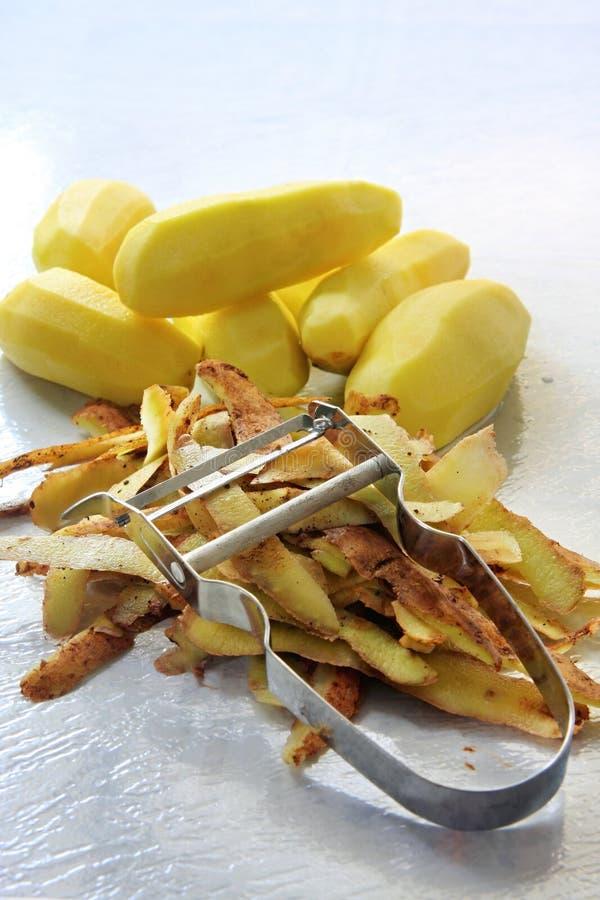 πατάτες αποφλοίωσης στοκ εικόνες με δικαίωμα ελεύθερης χρήσης
