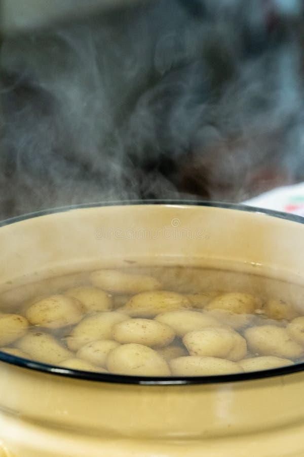 Πατάτες που βράζουν στο νερό στο κίτρινο δοχείο μετάλλων στοκ φωτογραφία με δικαίωμα ελεύθερης χρήσης
