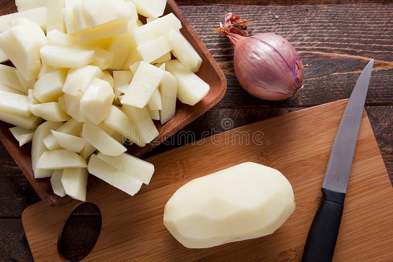 Πατάτες που ξεφλουδίζονται στοκ φωτογραφίες