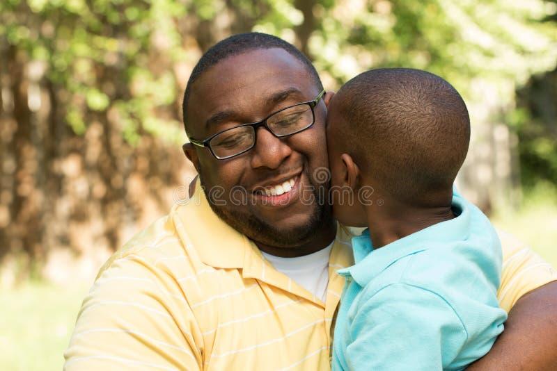Πατέρας αφροαμερικάνων που αγκαλιάζει το γιο του στοκ φωτογραφίες με δικαίωμα ελεύθερης χρήσης
