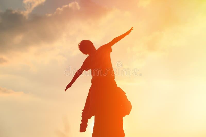 Πατέρας και λίγος γιος που έχουν τη διασκέδαση στο ηλιοβασίλεμα στοκ φωτογραφία με δικαίωμα ελεύθερης χρήσης