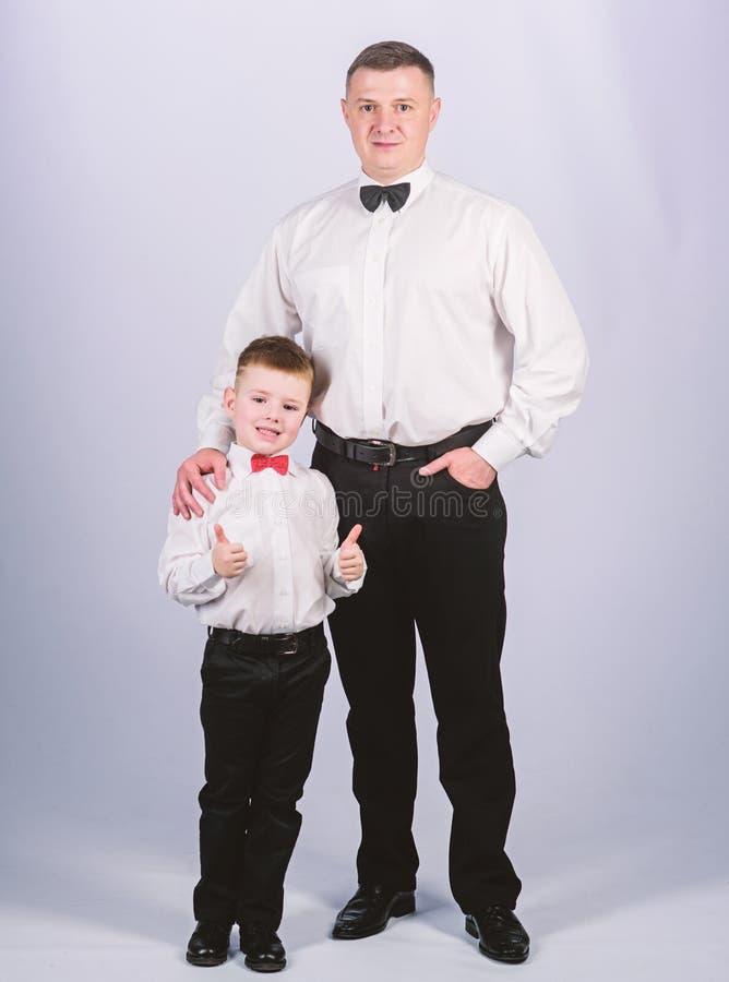 Πατέρας και γιος λιμοκοντόρων στο επίσημο κοστούμι μικρό αγόρι με τον επιχειρηματία μπαμπάδων r E _ r στοκ εικόνα