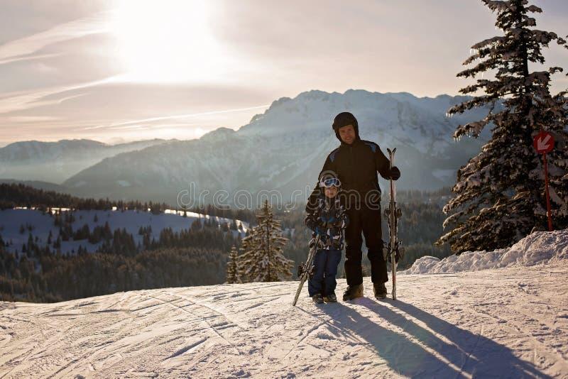 Πατέρας και γιος, μπαμπάς και παιδί, που κάνουν σκι μαζί στο αυστριακό resor στοκ φωτογραφία