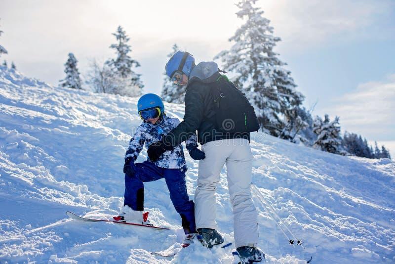 Πατέρας και γιος, μπαμπάς και παιδί, που κάνουν σκι μαζί στο αυστριακό resor στοκ φωτογραφίες