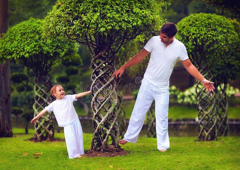 Πατέρας και γιος που έχουν τη διασκέδαση στον ασιατικό κήπο μπονσάι στοκ φωτογραφίες με δικαίωμα ελεύθερης χρήσης