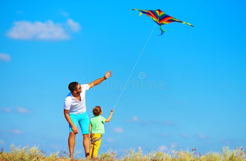 Πατέρας και γιος που έχουν τη διασκέδαση, που παίζει με τον ικτίνο από κοινού στοκ φωτογραφία με δικαίωμα ελεύθερης χρήσης