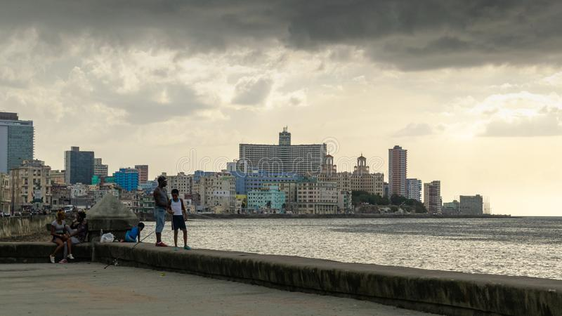 Πατέρας και γιος που αλιεύουν στην αποβάθρα του Λα Αβάνα Κούβα στοκ εικόνα με δικαίωμα ελεύθερης χρήσης