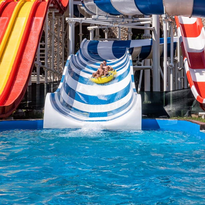 Πατέρας και γιος που απολαμβάνουν το Σαββατοκύριακο στο aquapark στοκ φωτογραφίες