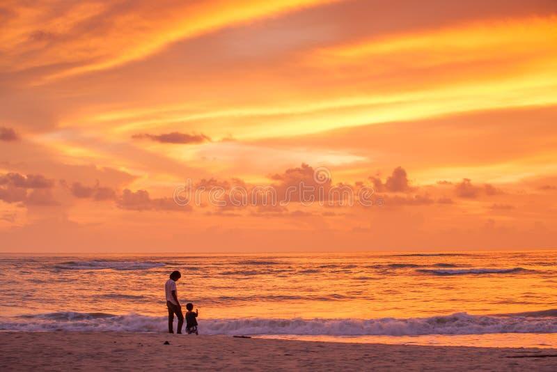 Πατέρας και γιος που βλέπουν το ηλιοβασίλεμα και το φανταστικό ουρανό στοκ εικόνα με δικαίωμα ελεύθερης χρήσης
