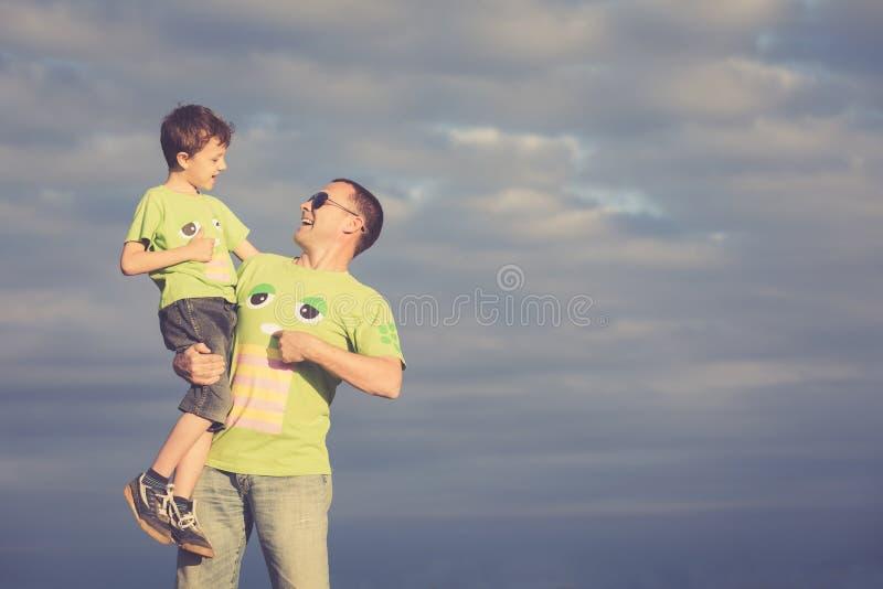 Πατέρας και γιος που περπατούν στο δρόμο στο χρόνο ημέρας στοκ εικόνα με δικαίωμα ελεύθερης χρήσης