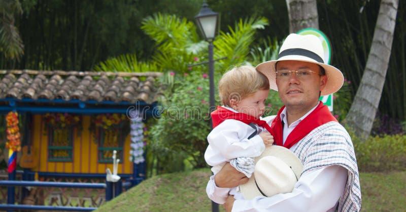 Πατέρας και γιος που φορούν τα συγκεκριμένα ενδύματα στοκ φωτογραφίες με δικαίωμα ελεύθερης χρήσης
