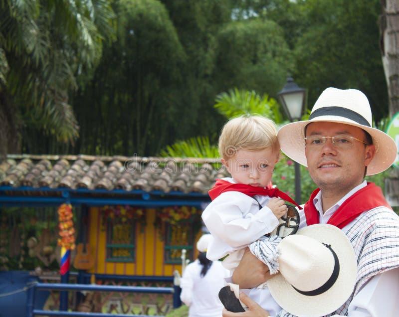 Πατέρας και γιος που φορούν τα συγκεκριμένα ενδύματα στοκ εικόνες