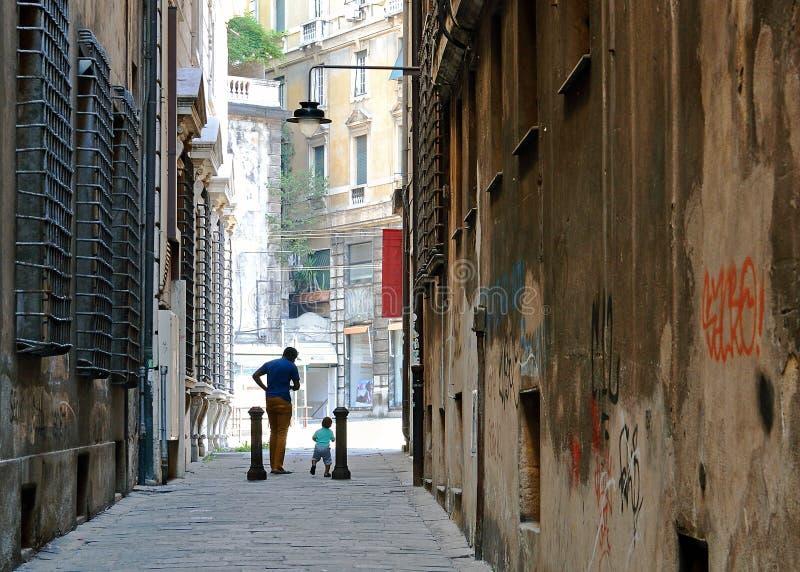 Πατέρας και γιος που χορεύουν η οδός πόλεων στοκ εικόνες