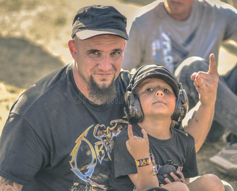 Πατέρας και γιος σε Hellfest, φεστιβάλ βαρύ μετάλλου στοκ φωτογραφία
