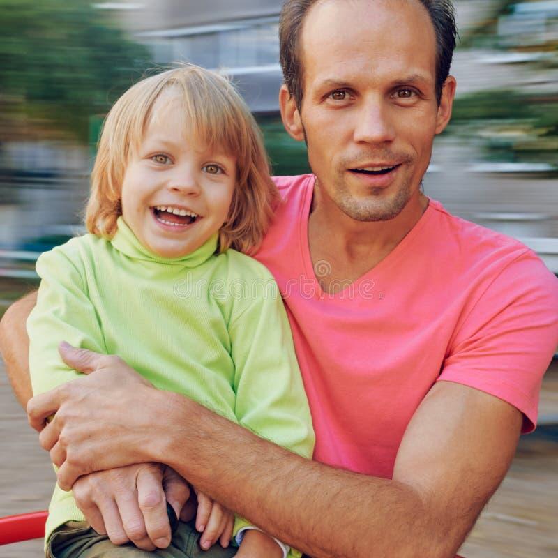 Πατέρας και γιος στο ιπποδρόμιο στοκ εικόνα με δικαίωμα ελεύθερης χρήσης