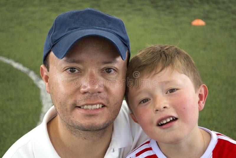 Πατέρας και γιος στο χαμόγελο πάρκων στοκ εικόνες