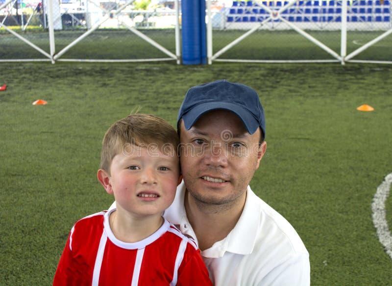 Πατέρας και γιος στο χαμόγελο πάρκων στοκ εικόνα