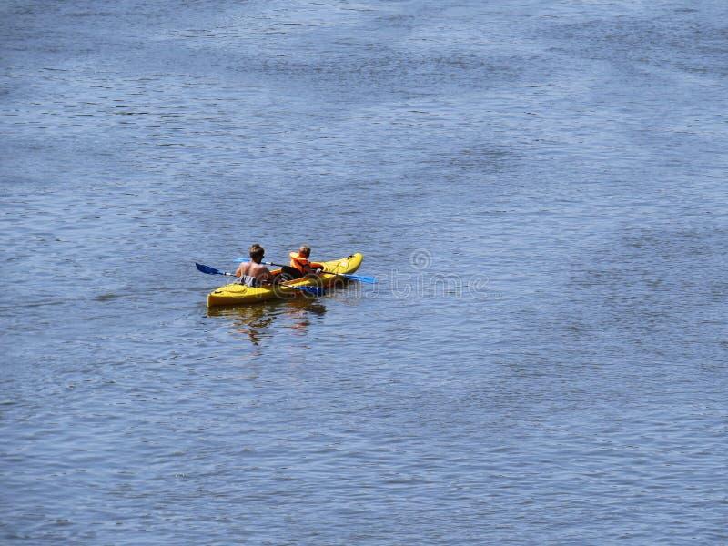 Πατέρας και γιος Kayaking σε MRiver στον ήλιο στοκ φωτογραφία