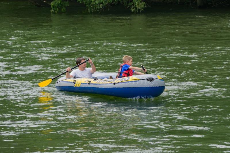 Πατέρας και γιος Rafting στον ποταμό Roanoke στοκ εικόνα με δικαίωμα ελεύθερης χρήσης
