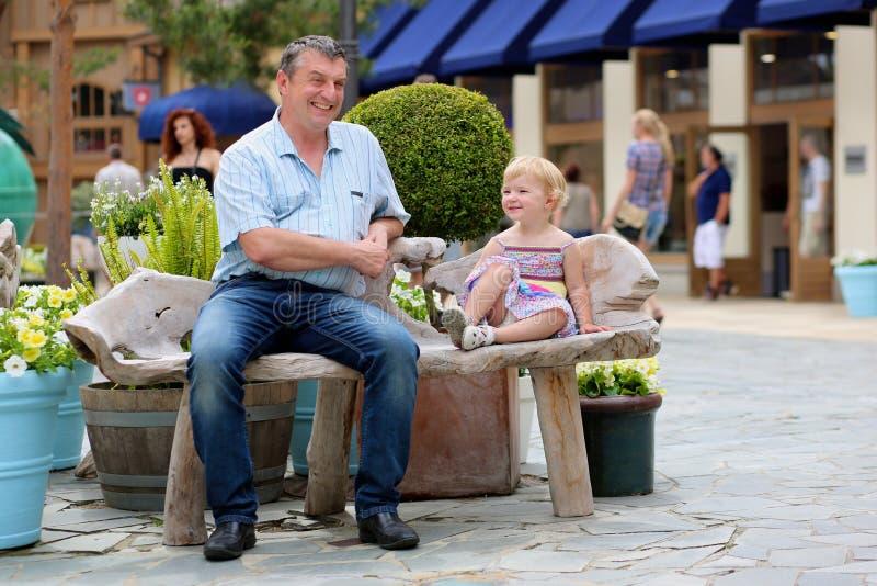 Πατέρας και ελάχιστα χαλάρωση στην πόλη στοκ φωτογραφία με δικαίωμα ελεύθερης χρήσης