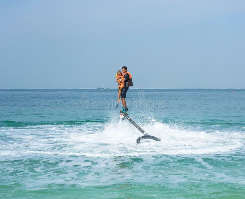 Πατέρας και η τοποθέτηση κορών του στο νέο flyboard στην καραϊβική τροπική παραλία Θετικές ανθρώπινες συγκινήσεις, συναισθήματα,  στοκ φωτογραφίες με δικαίωμα ελεύθερης χρήσης
