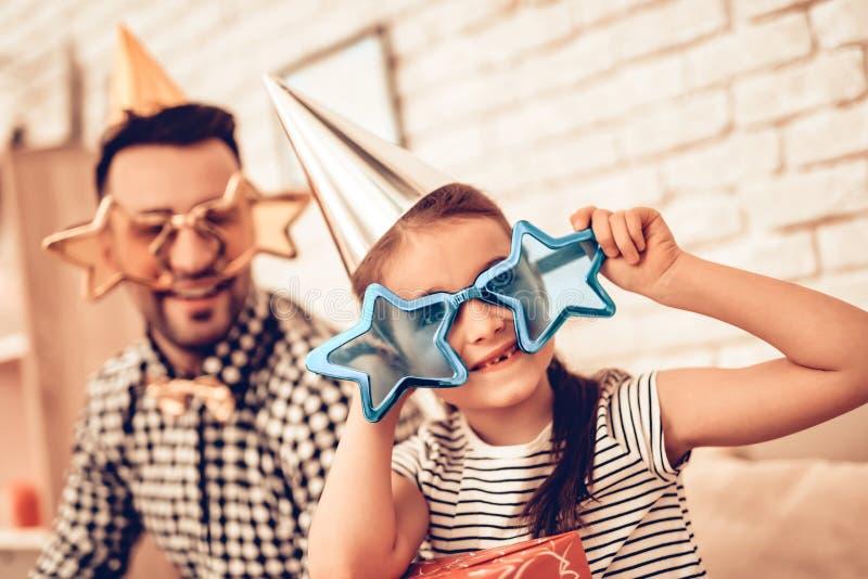 Πατέρας και κορίτσι στα διακοσμητικά γυαλιά στο διαμέρισμα στοκ φωτογραφία