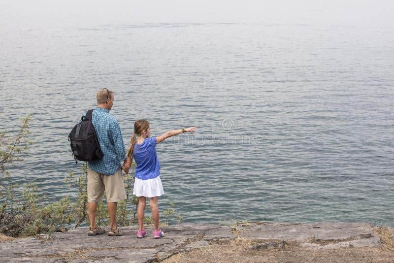 Πατέρας και κόρη που απολαμβάνουν μια πεζοπορία στον όμορφο υπαίθρια στοκ εικόνα με δικαίωμα ελεύθερης χρήσης