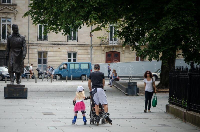 Πατέρας και κόρη που κάνουν πατινάζ στο μέρος Pey Berland στο Μπορντώ Το Σεπτέμβριο του 2013 Γαλλία στοκ εικόνες
