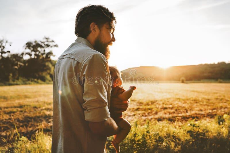 Πατέρας και μωρό που περπατούν μαζί τον υπαίθριο οικογενειακό τρόπο ζωής στοκ φωτογραφίες