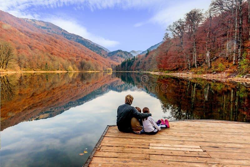 Πατέρας και οι κόρες του που απολαμβάνουν τη θέα της λίμνης Biograd (βιο στοκ φωτογραφία