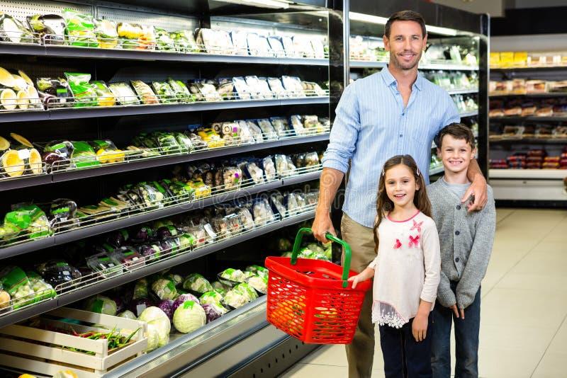 Πατέρας και παιδιά που κάνουν τις αγορές παντοπωλείων στοκ εικόνα με δικαίωμα ελεύθερης χρήσης