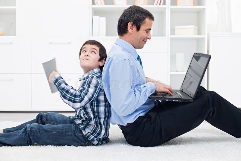 Πατέρας και το αγόρι του στο σπίτι στοκ φωτογραφίες με δικαίωμα ελεύθερης χρήσης