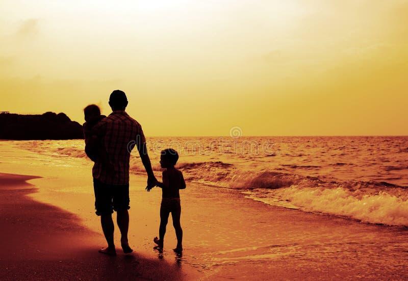 Πατέρας και δύο παιδιά στοκ εικόνες με δικαίωμα ελεύθερης χρήσης