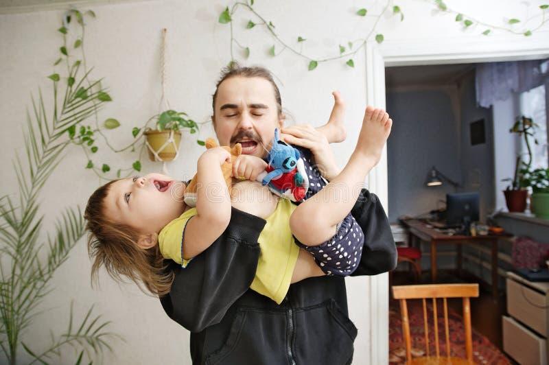 Πατέρας και daugther παίζοντας ευτυχής οικογένεια, αυθεντικός και πραγματικός στοκ εικόνα με δικαίωμα ελεύθερης χρήσης