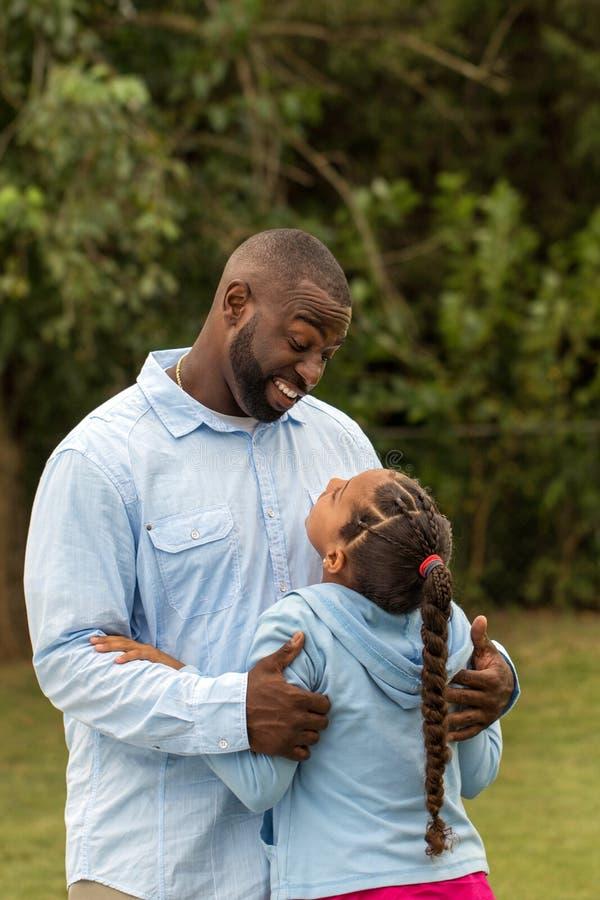 πατέρας κορών αφροαμερικά στοκ φωτογραφία με δικαίωμα ελεύθερης χρήσης