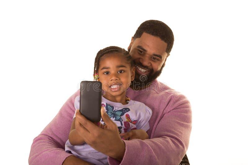 Πατέρας, κόρη και τεχνολογία στοκ εικόνα με δικαίωμα ελεύθερης χρήσης