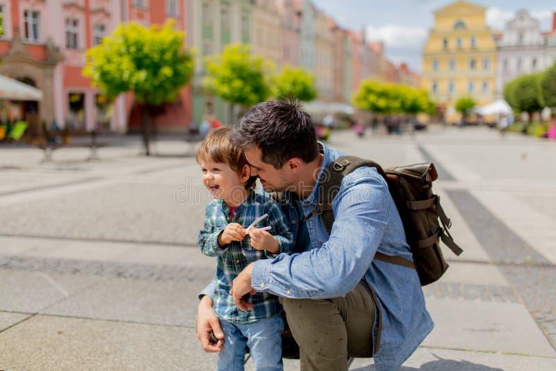 Πατέρας με ένα αγόρι μικρών παιδιών στο παλαιό κέντρο πόλεων στοκ εικόνα με δικαίωμα ελεύθερης χρήσης