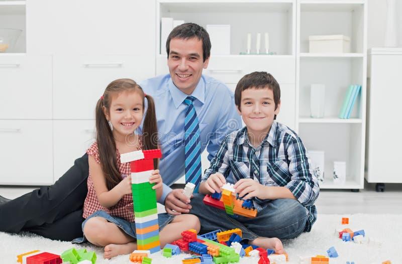 Πατέρας με τα παιδιά του στοκ φωτογραφία με δικαίωμα ελεύθερης χρήσης