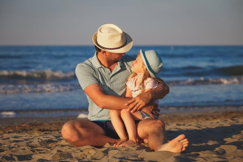 Πατέρας με την κόρη στην παραλία στοκ φωτογραφία