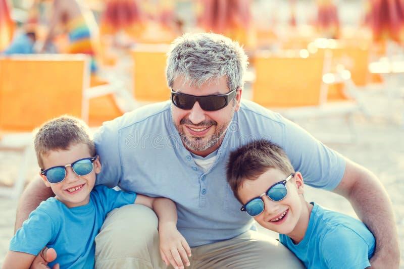 Πατέρας με τους γιους στην παραλία στοκ εικόνες με δικαίωμα ελεύθερης χρήσης