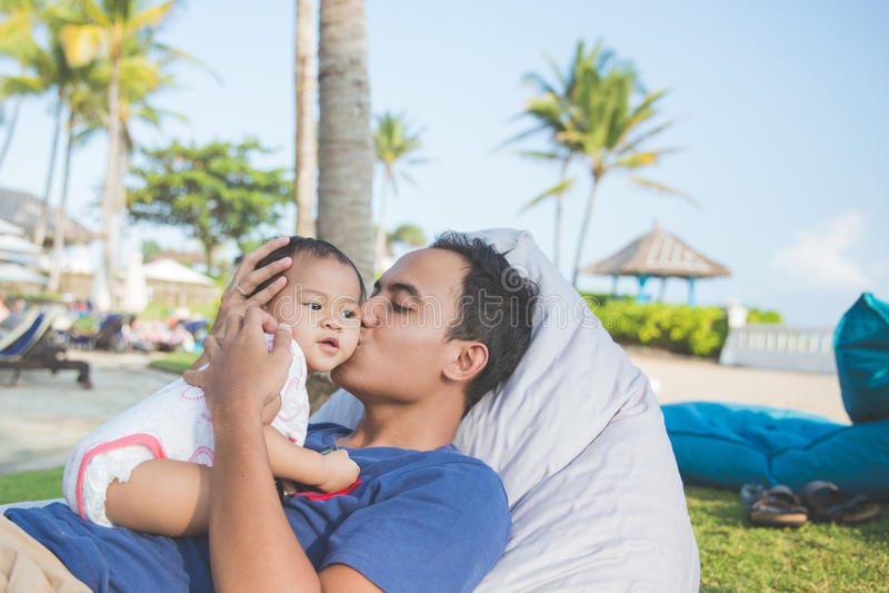 Πατέρας με το μωρό του στο πάρκο που απολαμβάνει το καλοκαίρι στοκ φωτογραφίες