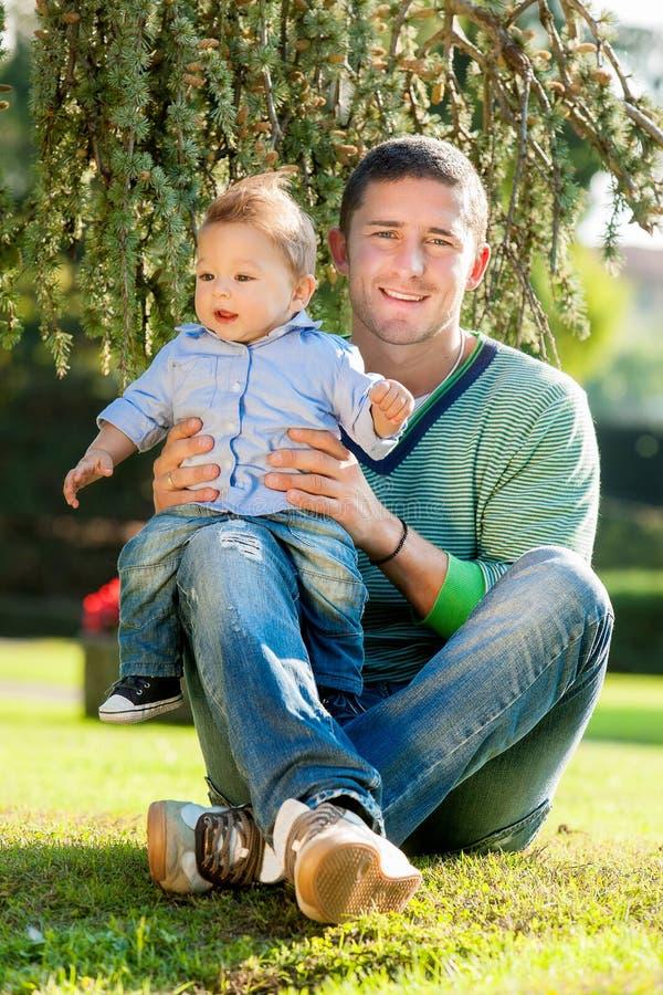 Πατέρας με το μωρό στοκ φωτογραφία με δικαίωμα ελεύθερης χρήσης
