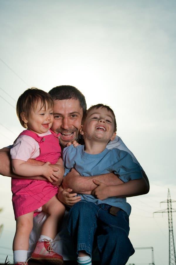 πατέρας παιδιών ευτυχής στοκ φωτογραφίες με δικαίωμα ελεύθερης χρήσης