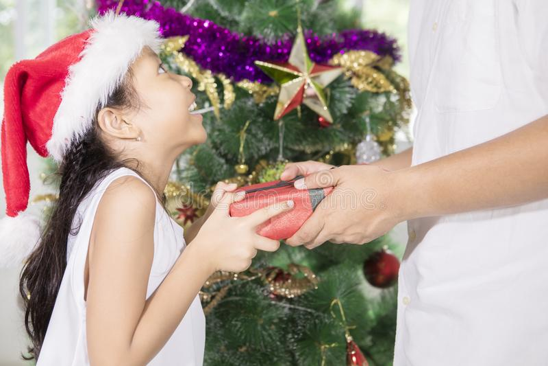 Πατέρας που δίνει ένα κιβώτιο δώρων για την κόρη του στοκ εικόνα