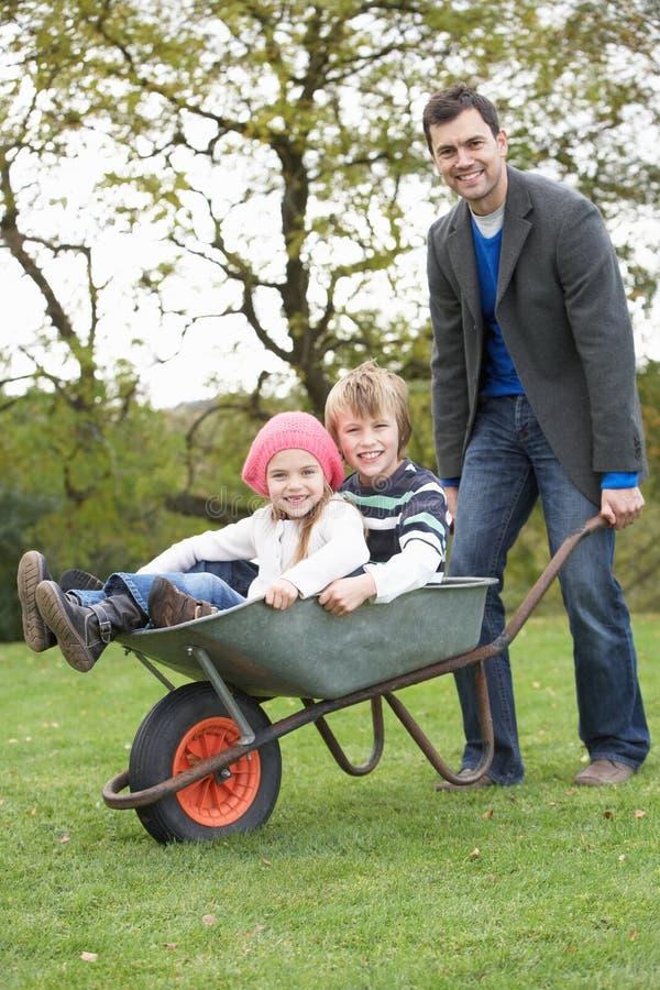 Πατέρας που δίνει το γύρο παιδιών Wheelbarrow στοκ φωτογραφίες με δικαίωμα ελεύθερης χρήσης