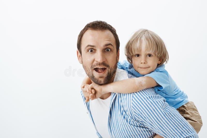 Πατέρας που δίνει piggyback το γύρο στο χαριτωμένο ξανθό γιο με το vitiligo Potrait του ξένοιαστων όμορφων μπαμπά και του παιδιού στοκ φωτογραφίες